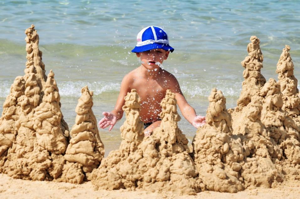 дитина на пляжі в Затоці